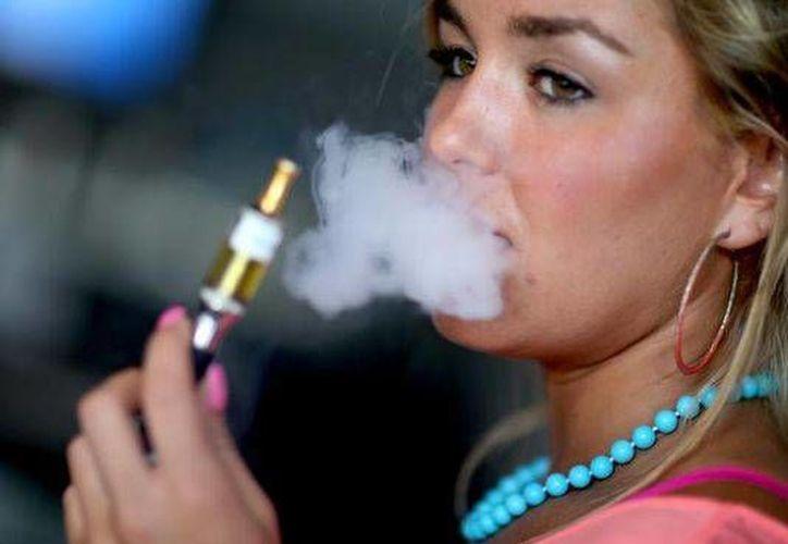 Chicos de secundaria prefieren el cigarro <i>prohibido</i