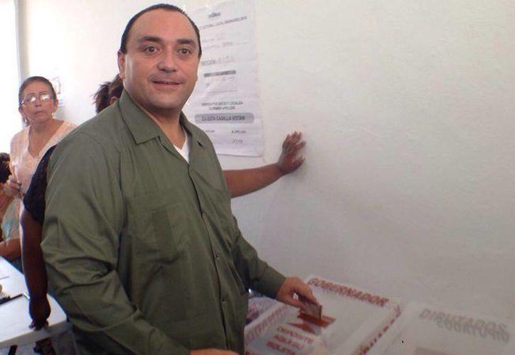 El gobernador durante su votación en el Museo de la isla. (Irvin Canul/SIPSE)