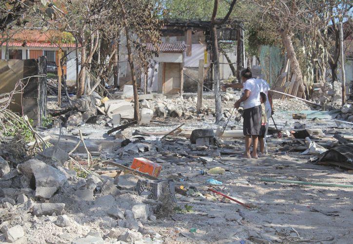 La mayoría de las viviendas eran construidas con maderas y cartón. (Sergio Orozco/SIPSE)