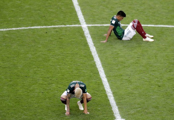 Luego de caer eliminados por Brasil 2-0 el domingo, hace unos instantes la Selección Mexicana abandonó la concentración en Rusia (Foto AP)