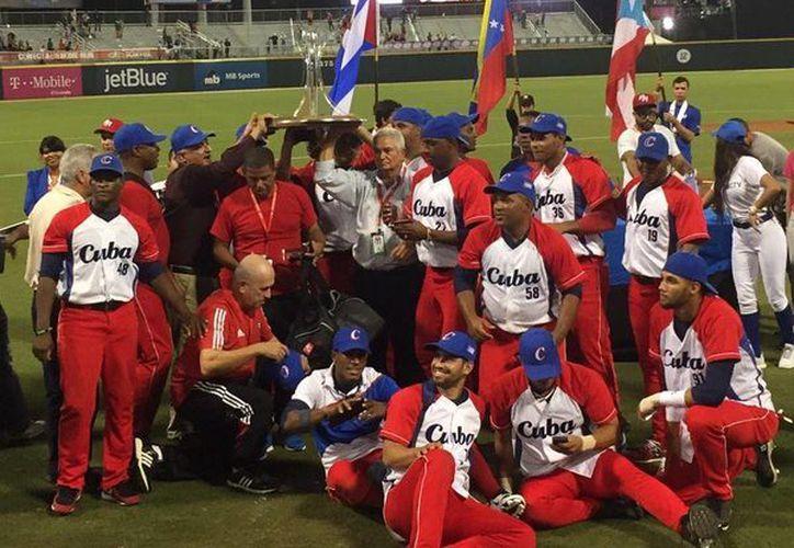 Vegueros de Pinar del Río, de Cuba, celebran tras ganar el campeonato de la Serie del Caribe. (Twitter)
