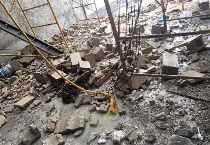 Durante la mañana de este martes se desplomó parte de un muro de 6 por 1.70 metros, ubicado en un tercer piso. (Redacción/SIPSE)
