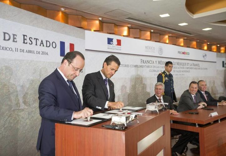Hollande y Peña Nieto durante la cancelación del timbre postal conmemorativo de su encuentro. (presidencia.gob.mx)