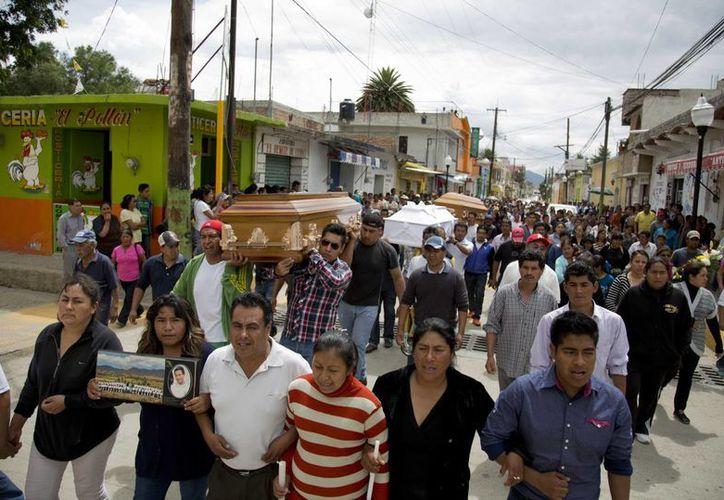 Imagen del funeral de tres personas que murieron en los enfrentamientos de Nochixtlán. (Agencias)