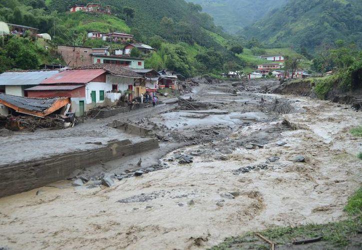 Imagen de la avalancha de lodo y escombros que afectó la población de Salgar. Autoridades informaron que los muertos aumentaron a 62 y existe un número indeterminado de desaparecidos. (AP Photo/Luis Benavides)