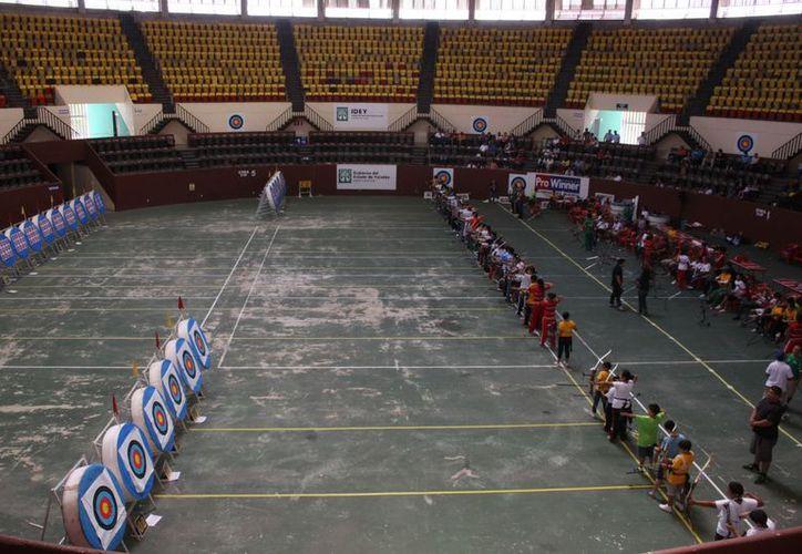 Los arqueros al momento de prepararse para su segunda ronda dentro del Regional Indoor de Tiro con Arco en el Zamná. (Marco Moreno)
