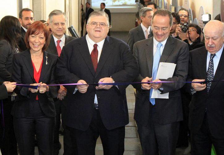 La muestra numismática del Museo Interactivo de Economía fue inaugurada este martes por el presidente del Banxico, Agustín Carstens (segundo i a d). (Notimex)
