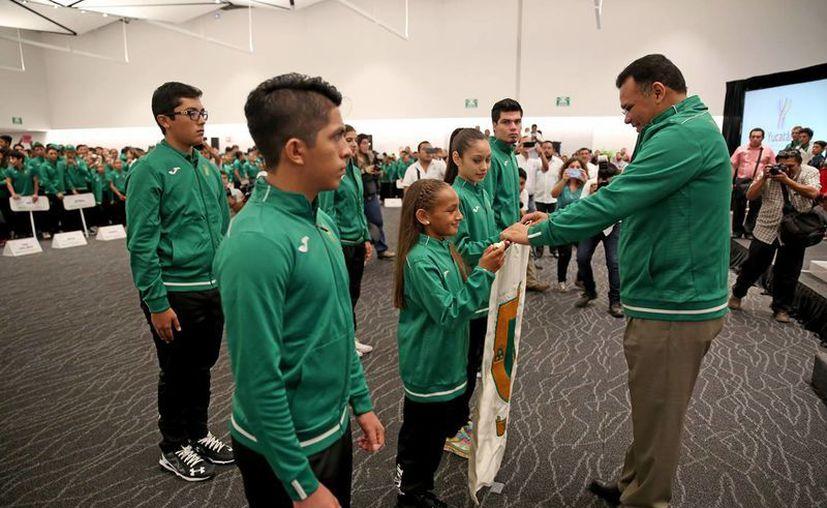 El gobernador Rolando Zapata abanderó este jueves a 777 atletas yucatecos que competirán desde mañana y hasta el 7 de agosto en la Olimpiada Nacional y en el Campeonato Nacional. (Fotos cortesía del Gobierno estatal)
