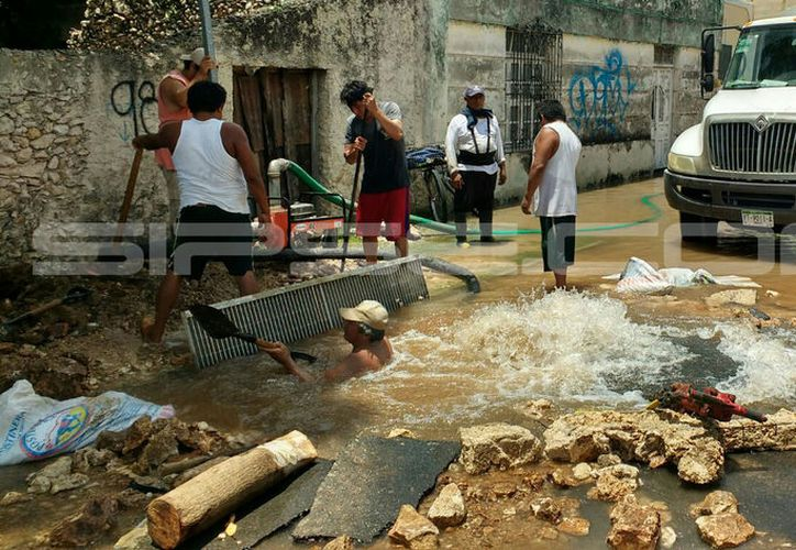 La fuga provocó un tremendo desperdicio de agua. (Imágenes: Jorge Acosta/Milenio Novedades)