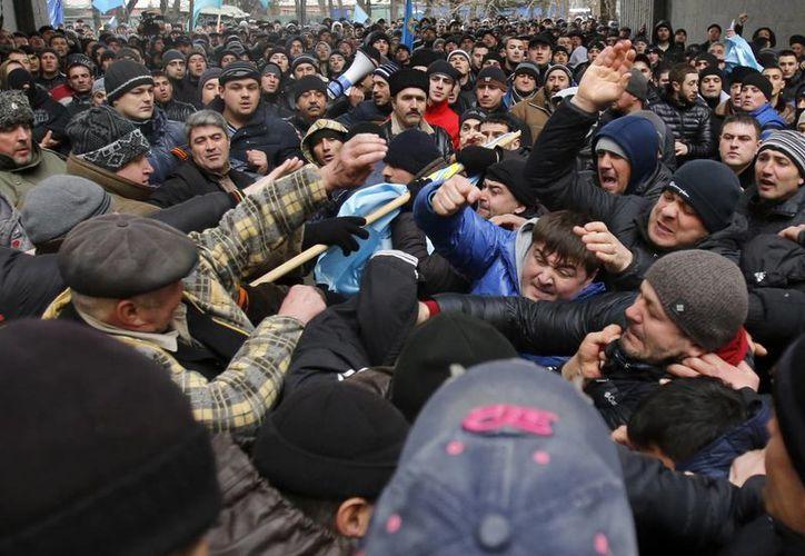Manifestantes partidarios y contrarios a Rusia se enfrentaron a puñetazos el miércoles en la península ucraniana de Crimea. (Agencias)