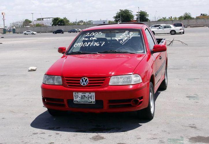 El Tianquis de vehículos perjudica cada fin de semana a vendedores de la Central de Abastos. (Juan Albornoz/SIPSE)