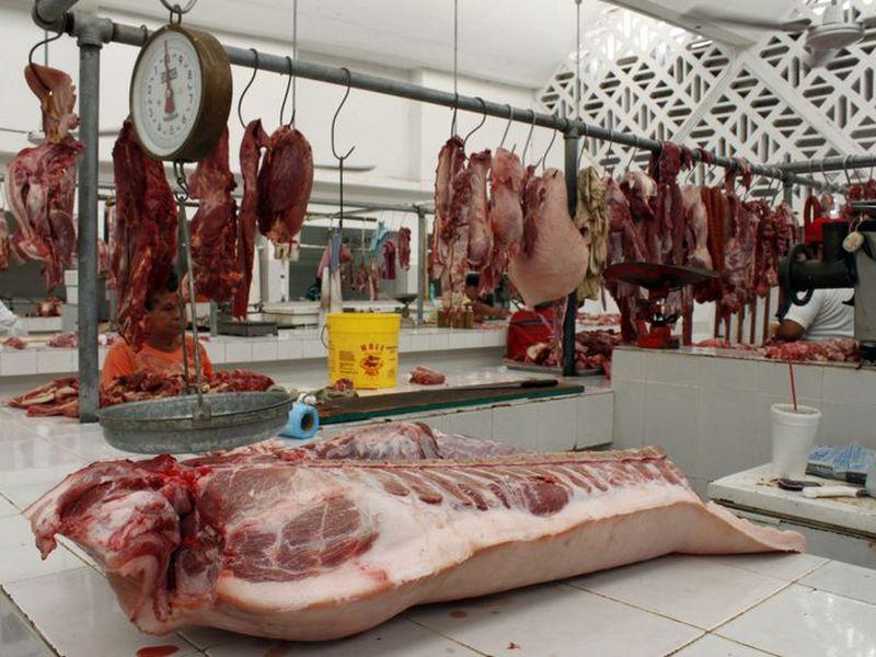 """Carniceros del mercado """"viejo"""" estabilizaron sus finanzas gracias a las buenas ventas por la navidad. (Enrique Mena/SIPSE)"""