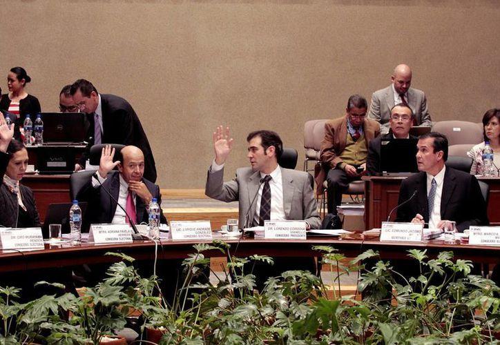 Imagen de los consejos del INE durante la sesión en que se aprobó el registro como partidos políticos de Movimiento Regeneración Nacional (Morena), Frente Humanista y Encuentro Social. (Archivo/Notimex)