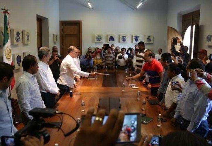 Representantes de la CNTE entregaron un pliego petitorio al gobernador y anunciaron un paro de labores para junio. (.jornada.unam.mx)