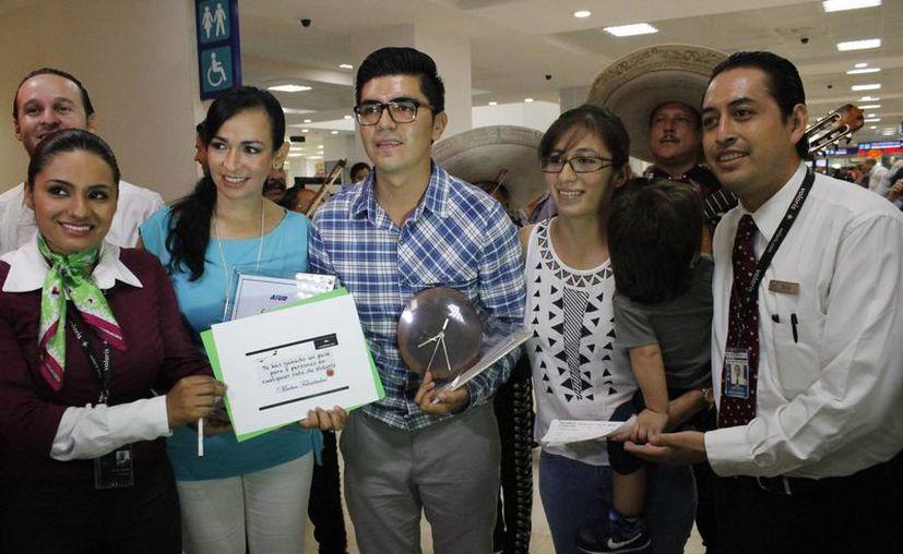 Arturo Licona  Díaz fue el pasajero 18 millones, quien viajó acompañado de su familia. (Yahaira Valtierra/SIPSE)