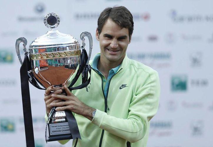 Al ganar la final del Abierto de Estambul, Roger Federer obtuvo su primer título en arcilla desde que se coronó en Madrid en 2012. (EFE)