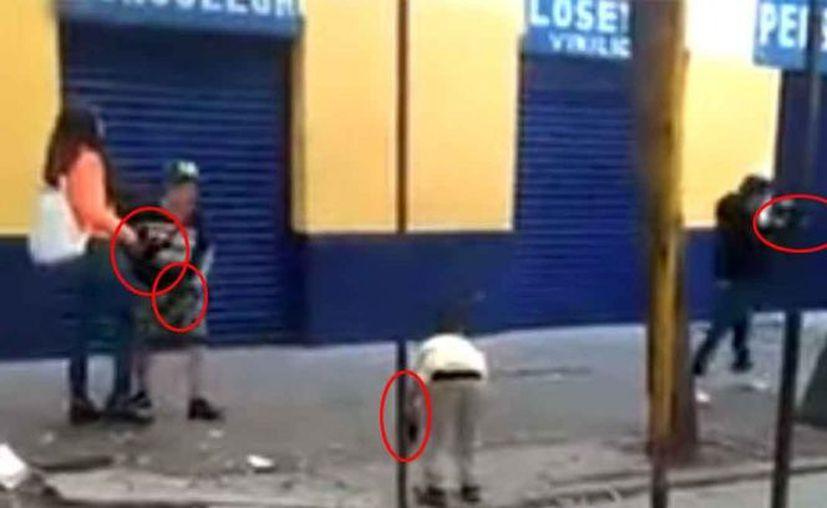 """Los niños juegan con normalidad el violento """"juego"""" donde se disparan con sus pistolas y metralletas. (Foto: Captura de pantalla)"""