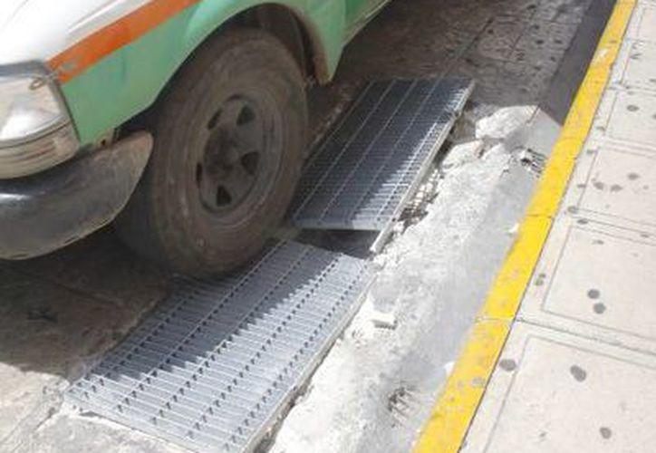 En la foto, rejilla rota en la calle 62 por 67 del centro de Mérida. (José Acosta/Milenio Novedades)