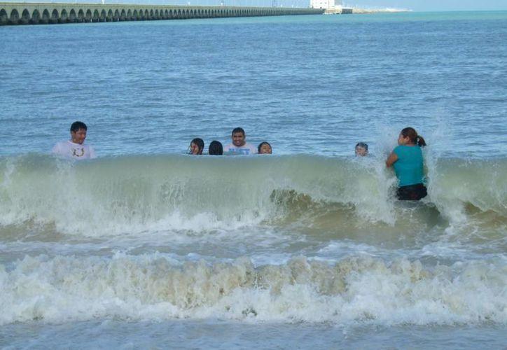 Quienes se atrevieron a bañarse este domingo en playas yucatecas, en muchos casos se toparon con un mar enbravecido. En la foto, Progreso. (Milenio Novedades)