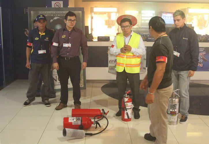 La Coordinación Estatal de Protección Civil, realizó un simulacro de conato de incendio en Cinépolis de Plaza las Américas. (Joel Zamora/SIPSE)