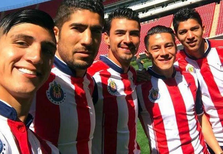 A través de sus redes sociales, Alan Pulido confirmó que se tomaron la foto oficial del Clausura 2017, la cual aún no se ha hecho pública.(Foto tomada de Instagram/Alan Pulido)