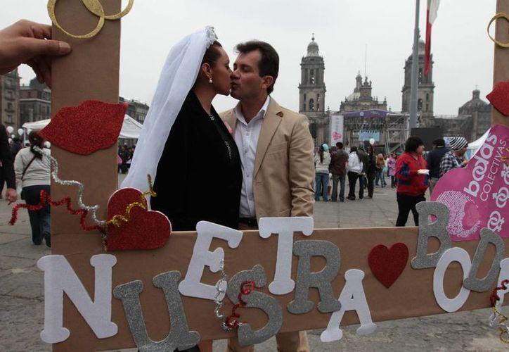 El Día del amor y la amistad se celebró en el Zócalo capitalino con la boda de mil 690 parejas. (Notimex)