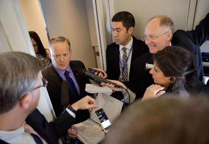 El vocero de la Casa Blanca, Sean Spicer, en conferencia de prensa a bordo del Air Force One, que partió de Filadelfia con el presidente Trump. Spicer dijo que el mandatario pretende imponer 20 % de impuesto a las importaciones de México a EU, para financiar el muro. (AP/Pablo Martínez Monsiváis)