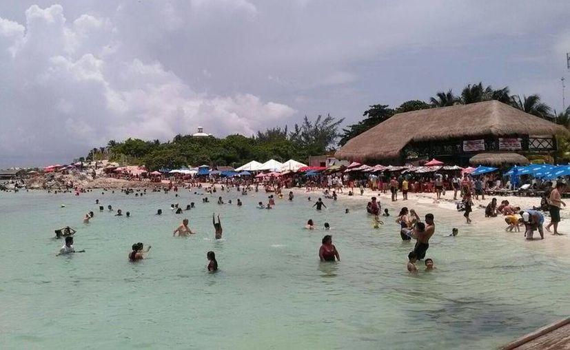 Arriban más personas a las playas los fines de semana. (Israel Leal/SIPSE)