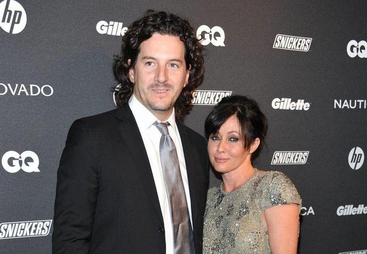 La actriz Shannen Doherty y su esposo, Kurt Iswarienko, durante un evento de la revista GQ. Ambos tienen demandado al despacho contable Tanner Mainstain Glynn & Johnson y su antiguo socio, Steven D. Blatt, por malos manejos. (Archivo AP)