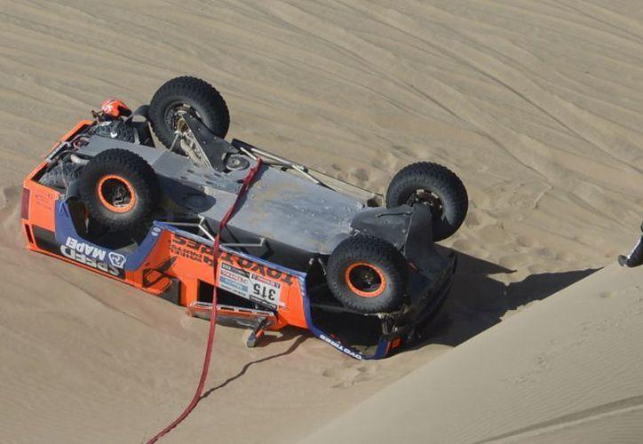 El norteamericano  Robby Gordon al accidentarse durante el Rally Dakar que va de Nazca a Arequipa. (Agencias)
