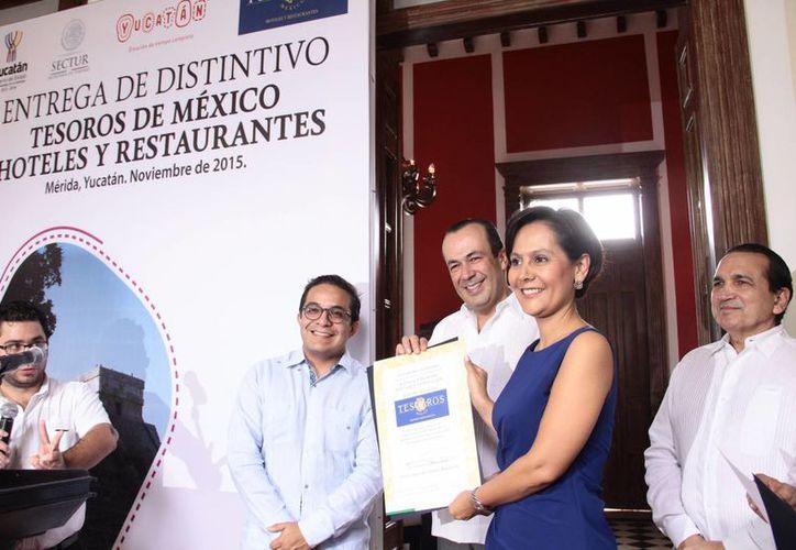 En el marco de la entrega del galardón 'Tesoros de México',   Francisco Maass Peña, subsecretario de Calidad y Regulación de la Secretaría de Turismo Federal, declaró que el compromiso con la calidad y con el servicio que muestran los empresarios yucatecos del sector turismo han sido claves en la mejoría del turismo en Yucatán. (Jorge Acosta/SIPSE)