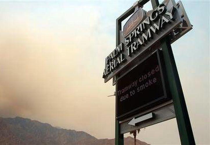 El teleférico Palm Springs Aerial Tramway fue clausurado debido al humo que causa el un incendio forestal. (Agencias)