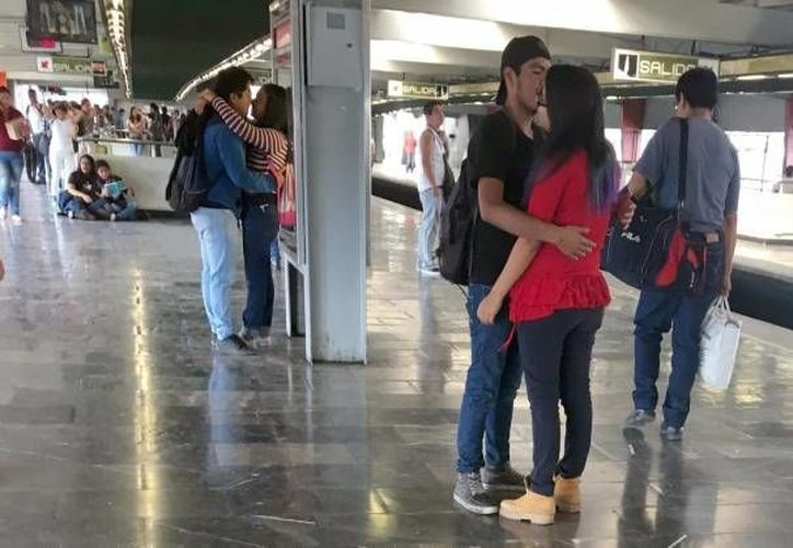 Conocer el comportamiento de tu pareja respecto al dinero te puede evitar muchas sorpresas futuras, señala una experta. En la imagen de contexto, parejas de enamorados en una estación de Metro de la Ciudad de México. (Notimex)