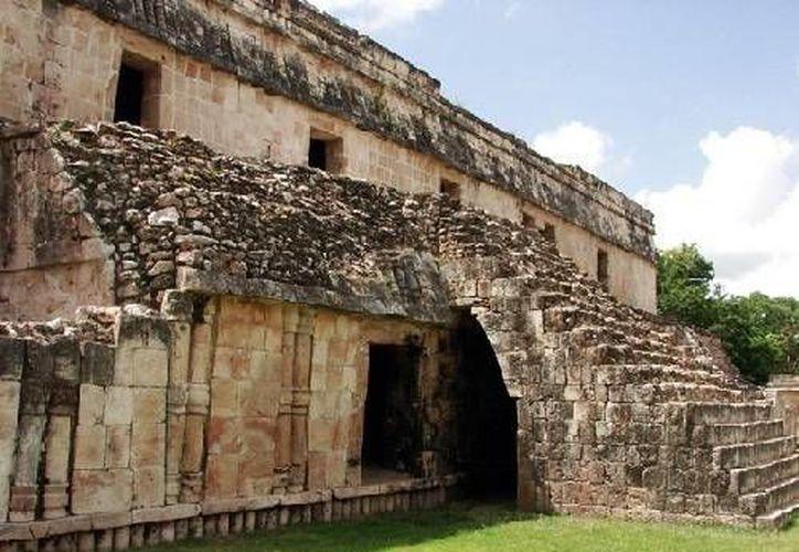 En el interior de uno de los edificios de Kabah se puede apreciar a Kabahau Can, la deidad de los encantadores de serpientes.  (SIPSE)