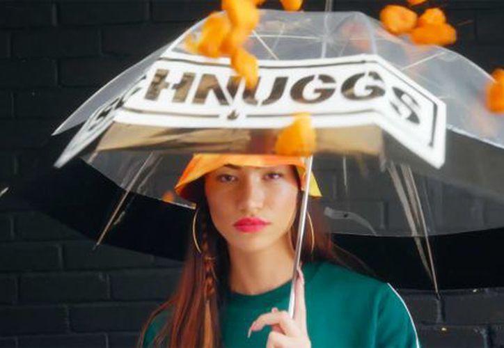 En la campaña, que circula por redes sociales, se puede ver a varios modelos utilizando ropa y accesorios con el nombre de la marca. (Internet)
