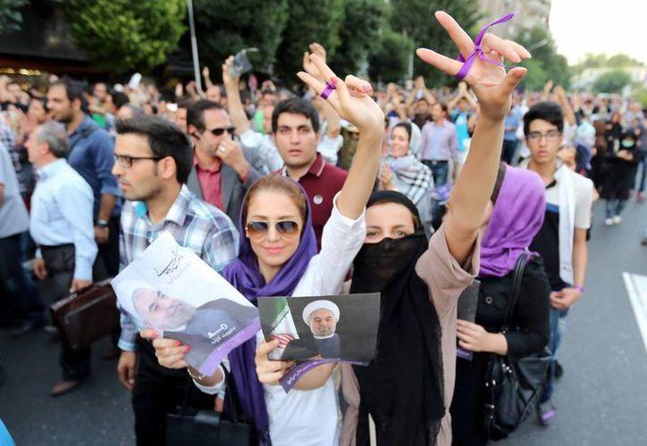 Partidarios del presidente electo Hasan Rohani celebran en la calle tras el anuncio oficial de su victoria, en Teherán, Irán. (EFE)
