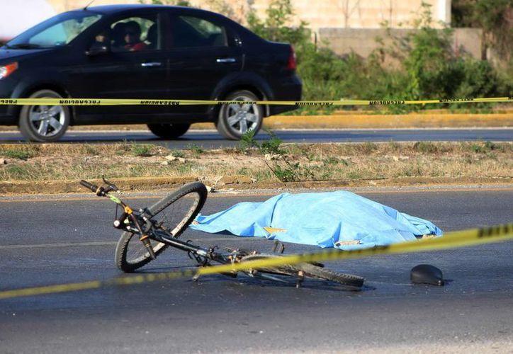 El cadáver del infortunado hojalatero quedó tendido en el asfalto, junto a su bicicleta. (Milenio Novedades)