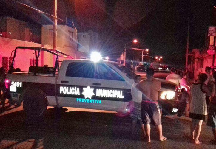 """Mientras sus familiares lloraban su muerte y abrazaban el cadáver de """"El Pochon"""", su papá fue atendido por los paramédicos. (Foto: Redacción/SIPSE)"""