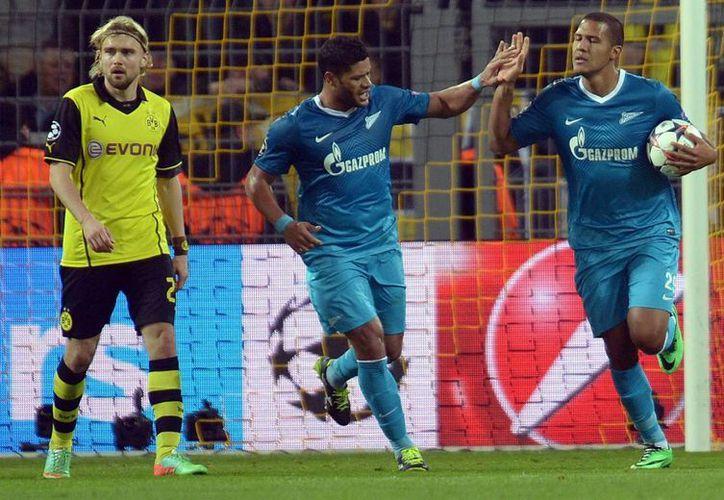 Jose Rondon (d) celebra con Hulk el segundo gol del Zenit, que se quedó a dos más de avanzar a cuartos de final frente al Dortmund. (EFE)
