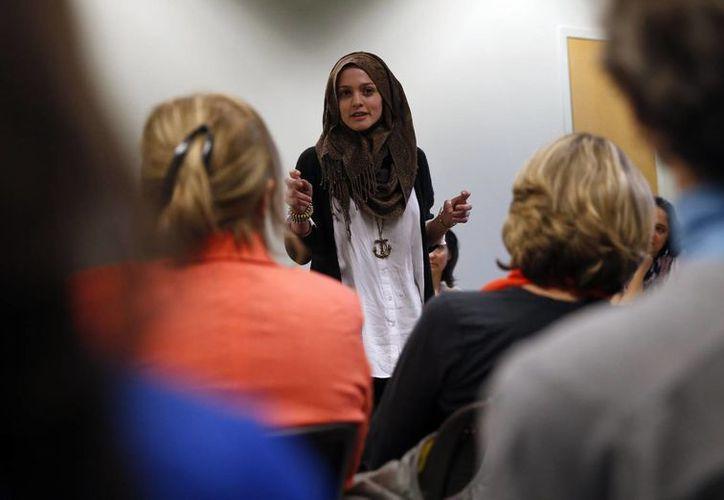 Amal Kassir recita uno de sus poemas durante un encuentro con inmigrantes procedentes de países en conflicto. La universitaria, hija de un inmigrante sirio casado con una estadounidense, dice que EU es un gran país, que le ofrece las mejores oportunidades. (Agencias)