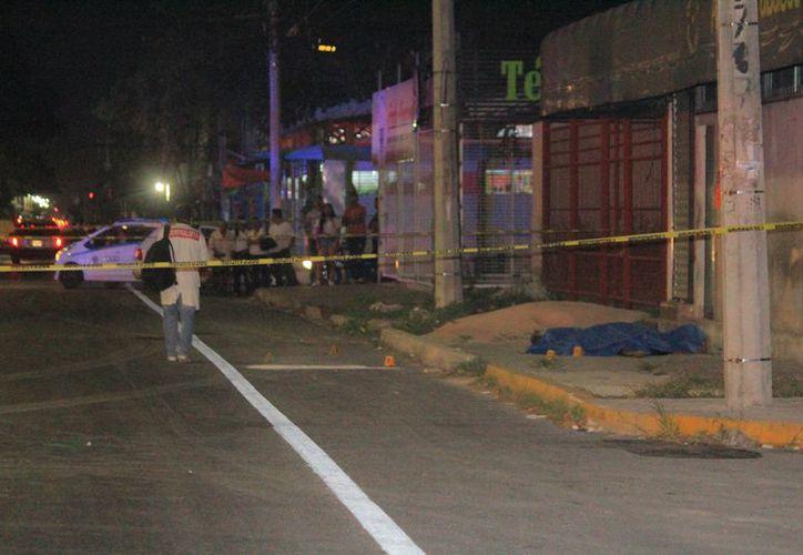 Cuerpos de emergencia se hicieron cargo del levantamiento del cuerpo e iniciaron la investigación correspondiente. (Redacción/SIPSE)