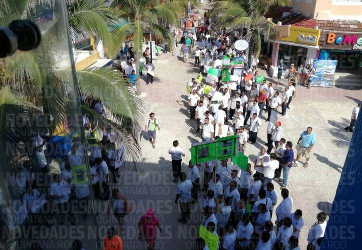 Los manifestantes detuvieron a una presunta unidad de 'Bin Transportadora'. (Daniel Pacheco/ SIPSE)