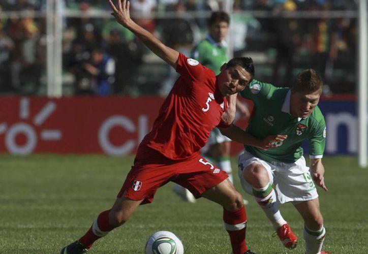 Sánchez (i) juega para la selección peruana que va mal en las eliminatorias. (Agencias)