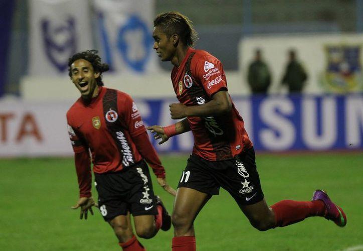 Fidel Martínez (d), de los Xolos, celebra con Fernando Arce su gol ante el San José. (EFE)