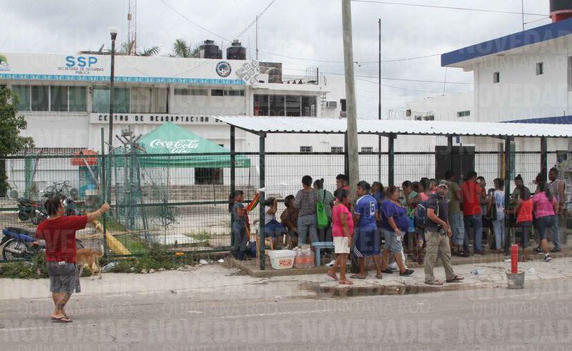 Familiares de internos del Cereso de Chetumal piden que el director sea reemplazado. (Joel Zamora/SIPSE)