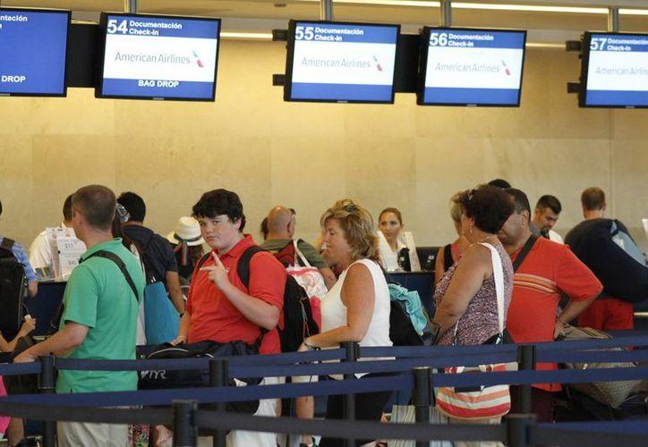 En los aeropuertos y terminales terrestres se aplicará el horario local de salida y destino de cada viaje. (Sergio Orozco/SIPSE)