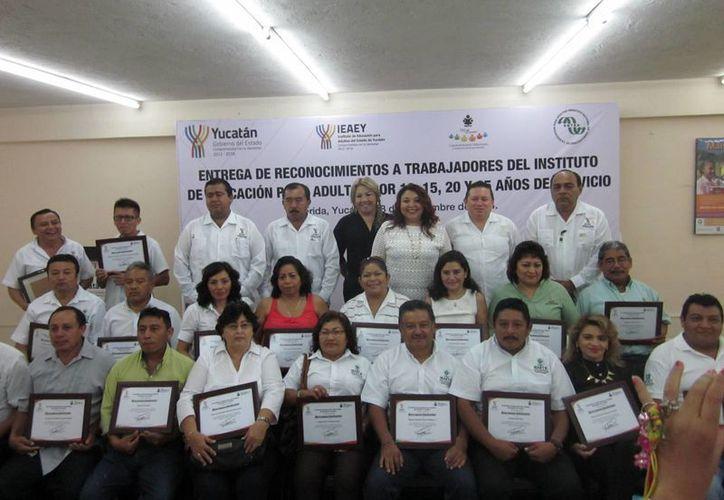 Empleados del Instituto de Educación para Adultos del Estado de Yucatán que recibieron reconocimientos. (SIPSE).