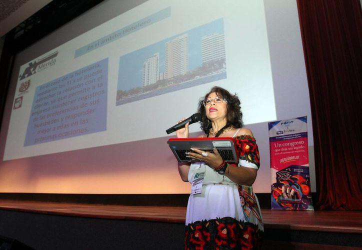 Imagen de la maestra Norma Jiménez Ríos, quien también fue una de las ponentes. (César González/SIPSE)