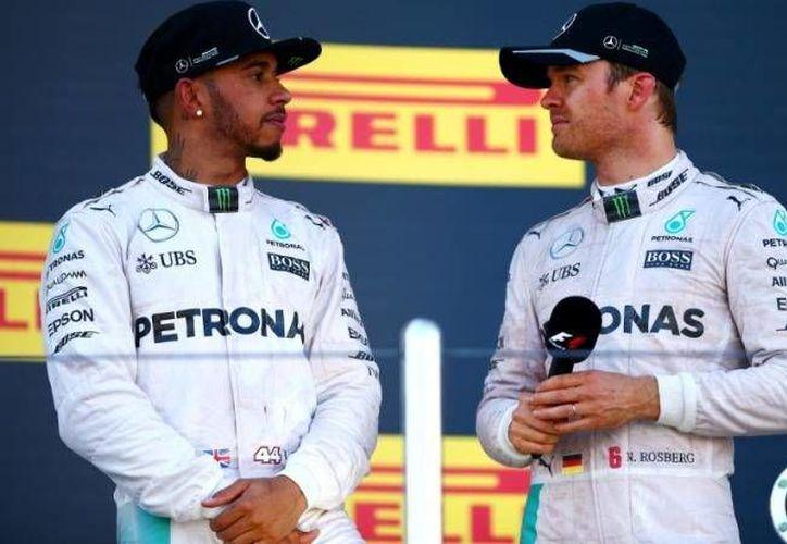 Lewis Hamiton(i) se encuentra en segundo lugar de la clasificación de la F1, a 26 puntos del líder Nico Rosberg(d), faltando tres carreras para finalizar la Temporada. (EFE)