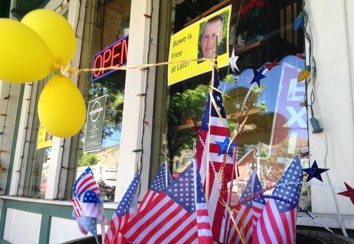 Banderas y globos enmarcan un cartel que celebra la liberación del sargento Bowe Bergdahl afuera de un comercio en el centro de Hailey, Idaho, su pueblo natal. (EFE)